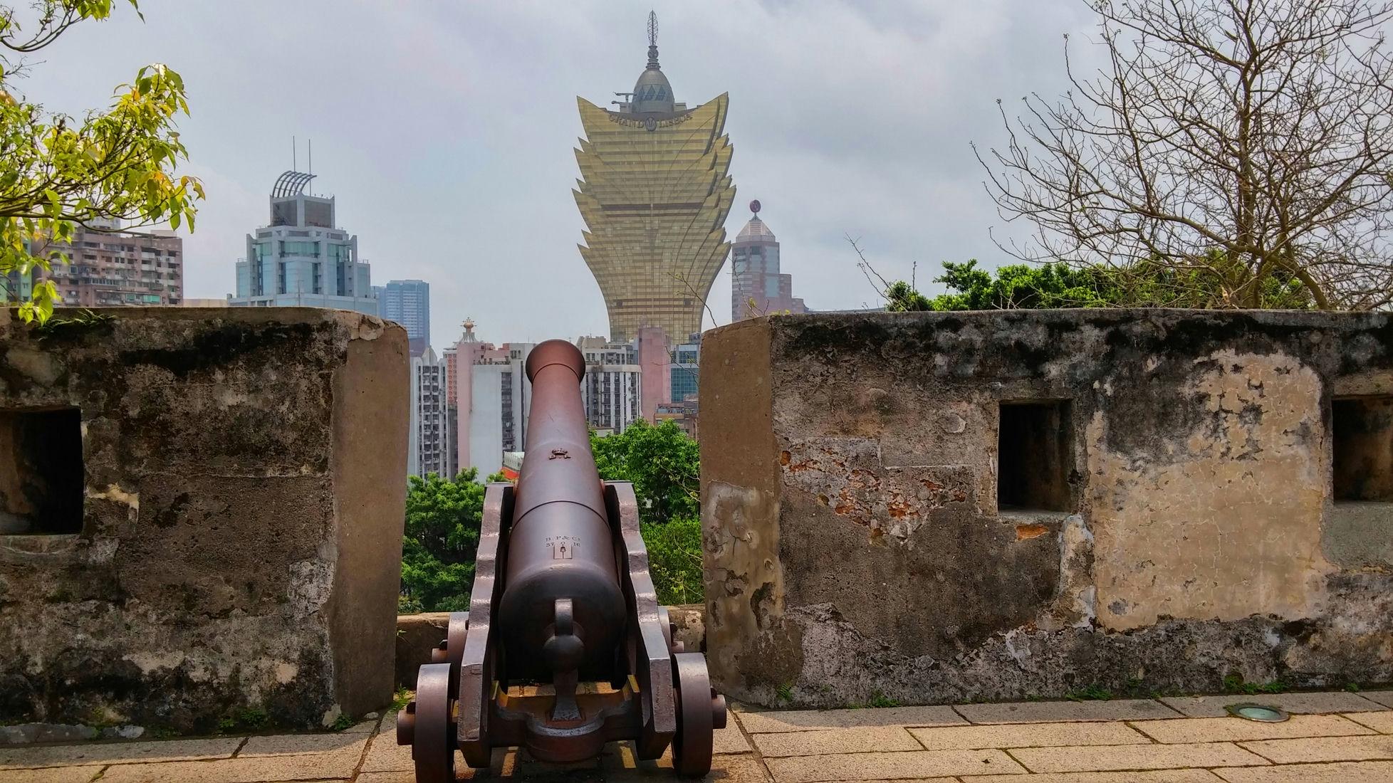 Macau-Mount-Fortress-cannon-and-Grand-Lisboa