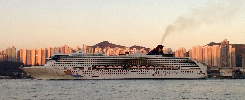 Star Cruise returns to Hong Kong during sunset