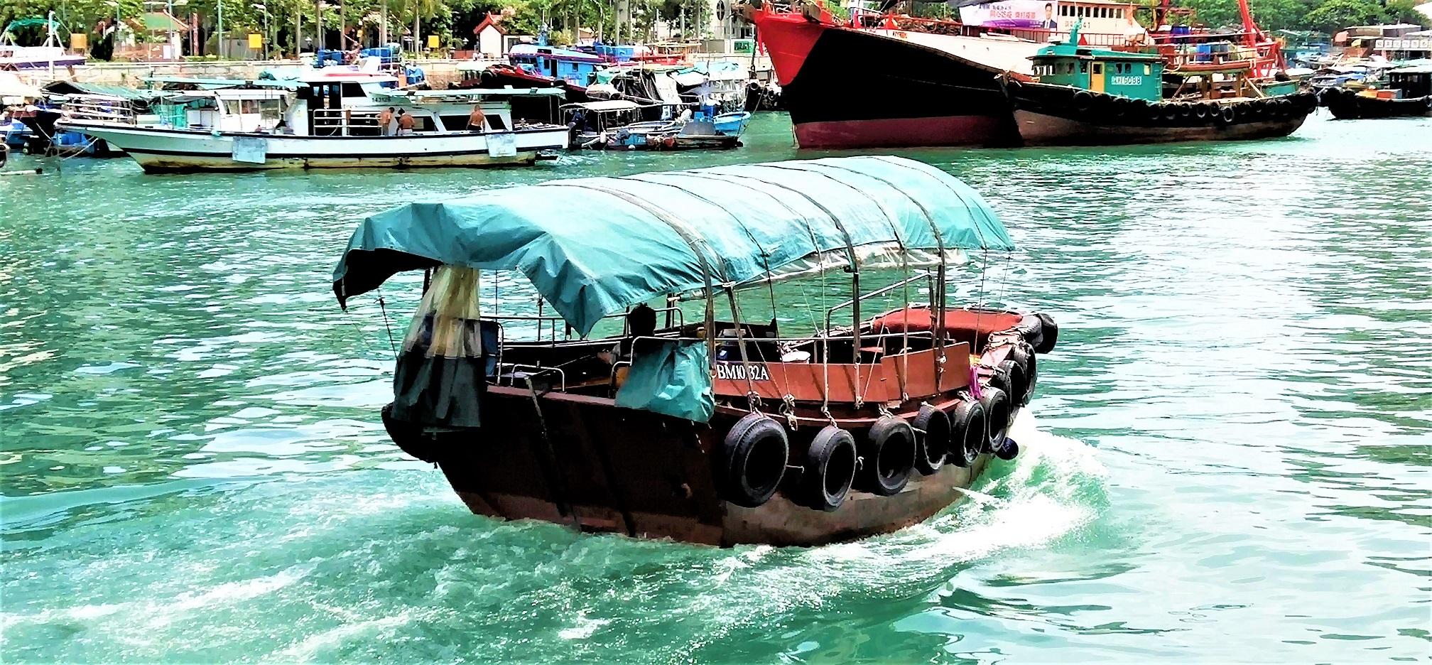 It is nice for travelers to take the sampan ride at Aberdeen fishing village.