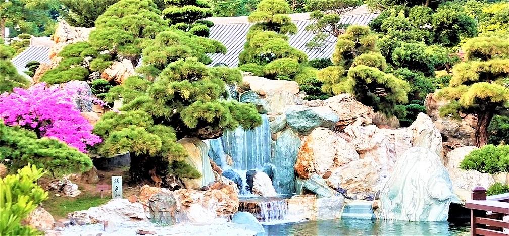 Nan Lian Garden looks like a Chinese landscape painting.